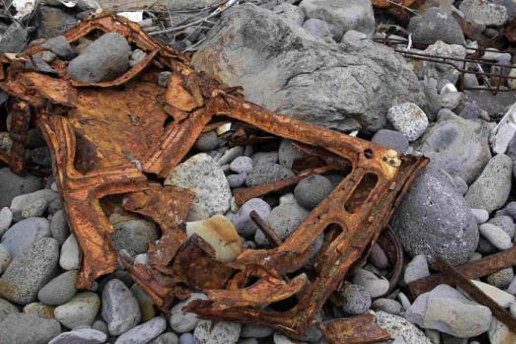 DIHANYUTKAN KE PANTAI: Beberapa kerangka termasuk objek plastik ditemui di kawasan pantai di Pulau Reunion - kawasan pencarian bahan bukti bagi pesawat yang hilang, MH370.