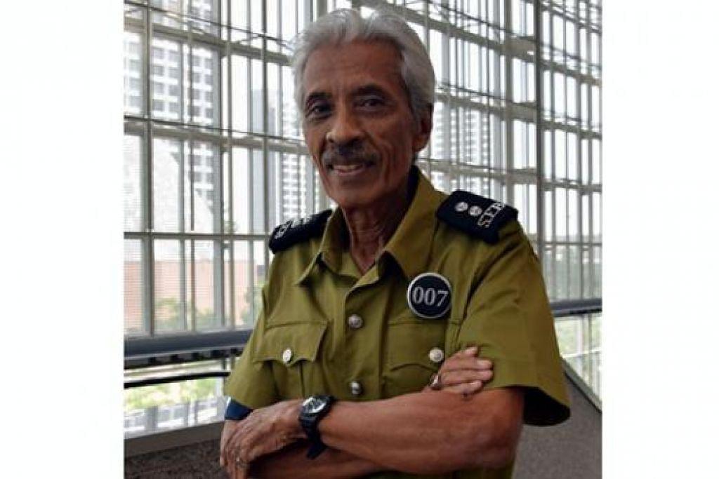 PERBARISAN MASA LALU: Pegawai Waran (WO) (Bersara) Yunnos Shariff akan berbaris dalam acara Perbarisan Masa Lalu dengan pakaian uniform lama Perkhidmatan Bomba Singapura. - Foto HAKIM YUSOF