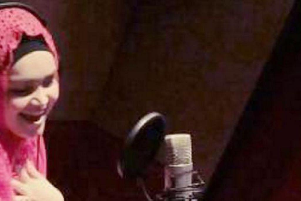 SATU KELAINAN: Siti Nurhaliza sedang menyanyikan lagu Tamil dalam satu klip video yang beliau memuat naik di laman sosial, Instagram. - Foto ASTRO AWANI