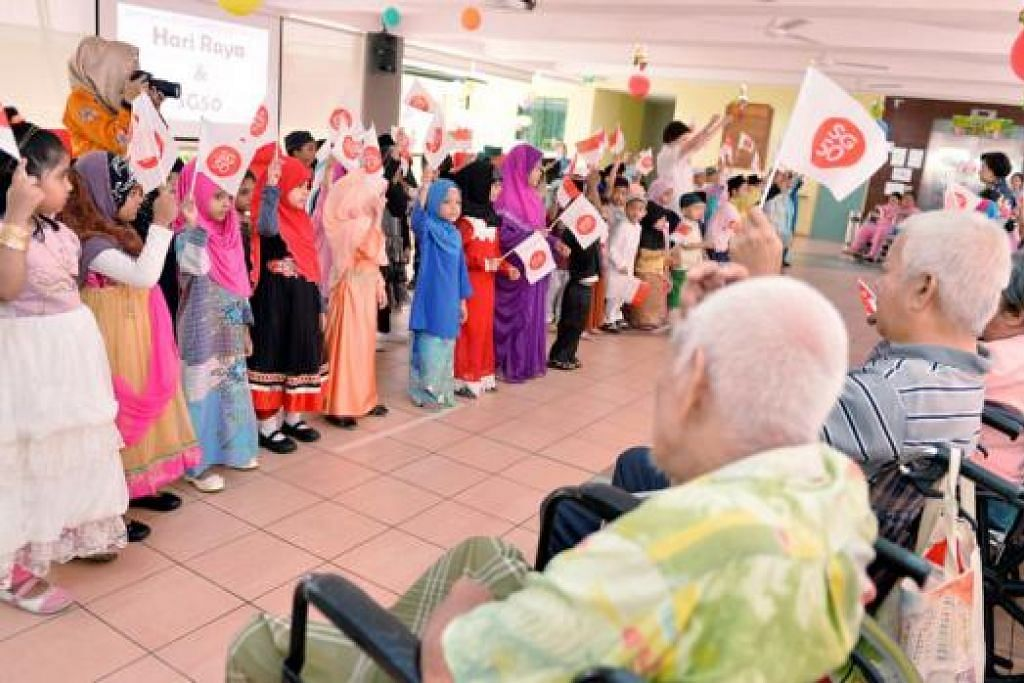 PERSEMBAHAN HARI RAYA DAN SG50: Kanak-kanak dari Sekolah Tadika Jamiyah membuat persembahan kepada para warga emas di Rumah Jagaan Jamiyah di West Coast Drive semalam - Foto M.O. SALLEH