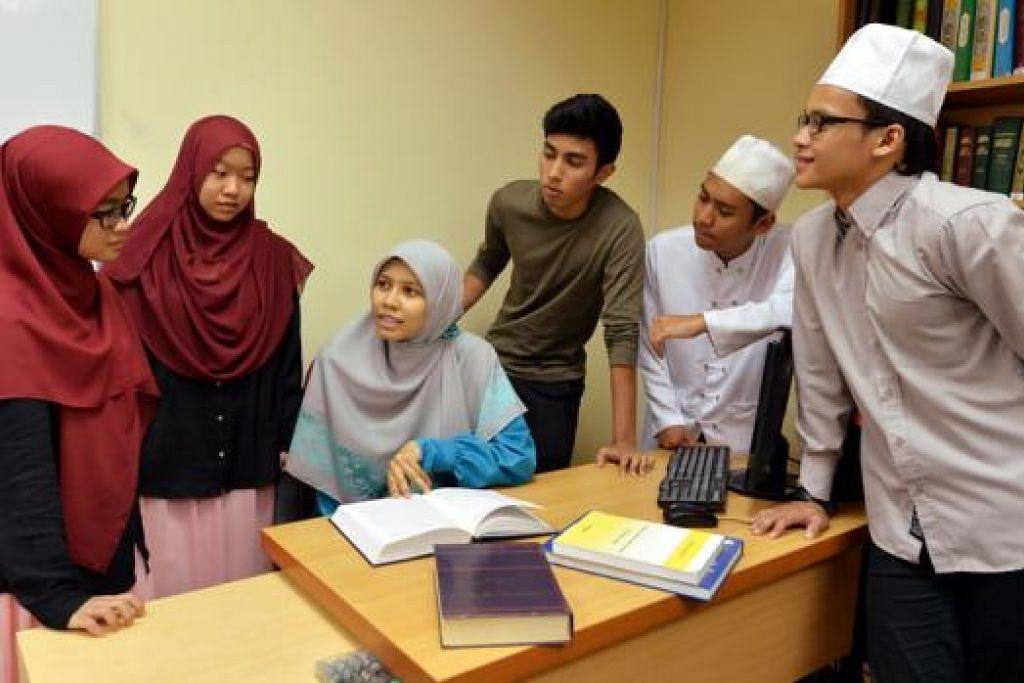 BERI PANDUAN MENGARANG: Ustazah Siti Radiah (duduk) bersama pelajarnya - (dari kanan) Muhammad Luqmaanul Hakiim Khamis ; Muhamad Hazeem Estili Esman; Muhammad Amruu Hussein Ismail; Nur Syafiqah Masturah Muhd Fadzli dan Siti Raudha Abdullah, berbincang tentang penulisan Esei Cabaran Mufti. - Foto M.O. SALLEH