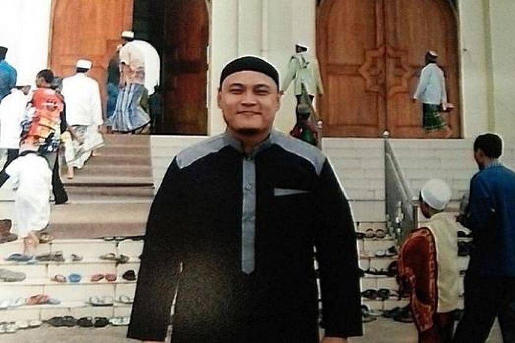 IKATAN DENGAN TANAH LELUHUR MASIH KUKUH: Encik Muhamad Fadhli, anak Encik Burhan Muhamad, bergambar di luar kompleks makam Syekh Muhammad Arsyad Al-Banjari di Martapura, Kalimantan. - Foto ihsan MUHAMAD FADHLI