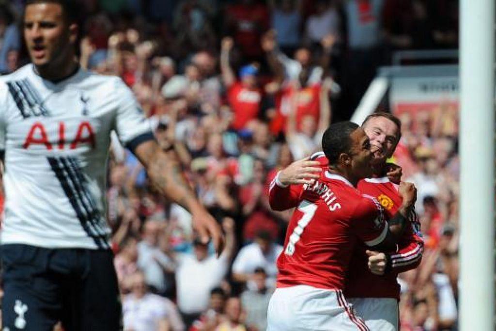 GOL KEMENANGAN: Pemain Manchester United, Memphis Depay (jersi 7) meraikan 'gol hadiah' pasukannya dengan Wayne Rooney dengan pemain bek Spurs yang tertendang ke gawang sendiri, Kyle Walker (kiri), kelihatan kecewa sekali.
