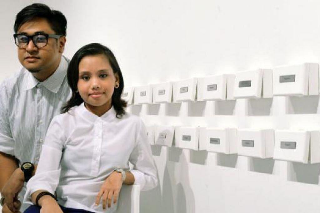MEMPERKASA SEMANGAT: Seniman berbilang disiplin, Encik Ezzam Rahman (kiri) teruja dapat mendorong bekas pesakit ginjal, Cik Indah Suryana Mohd Harith, memperkukuh keyakinan dirinya dalam menghasilkan karya seni pemasangan. - Foto KHALID BABA