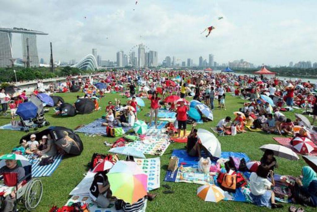 MENIKMATI PEMANDANGAN INDAH: Sekitar 1,500 keluarga berkelah beramai-ramai di Bendungan Marina dalam meraikan Jubli Emas Singapura. - Foto FAMILIES FOR LIFE