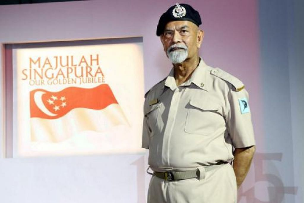 BANGGA BERBARIS LAGI: Pegawai Waran Pertama (1WO) (Bersara) Mohd Saleh Amir Khan Surattee bangga dapat mewakili Tentera Laut dalam Perbarisan Vintaj. - Foto MINDEF