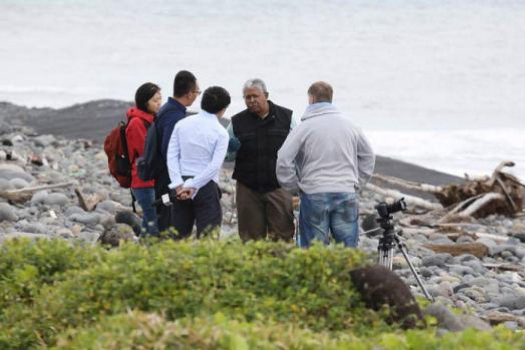 LUASKAN USAHA MENCARI: Seorang penyiasat Malaysia (berjaket hitam) menjawab pertanyaan wartawan dari China di Pulau Reunion tempat serpihan sayap pesawat MH370 ditemui, selain beberapa lagi serpihan pesawat yang belum dapat dipastikan. - Foto AFP