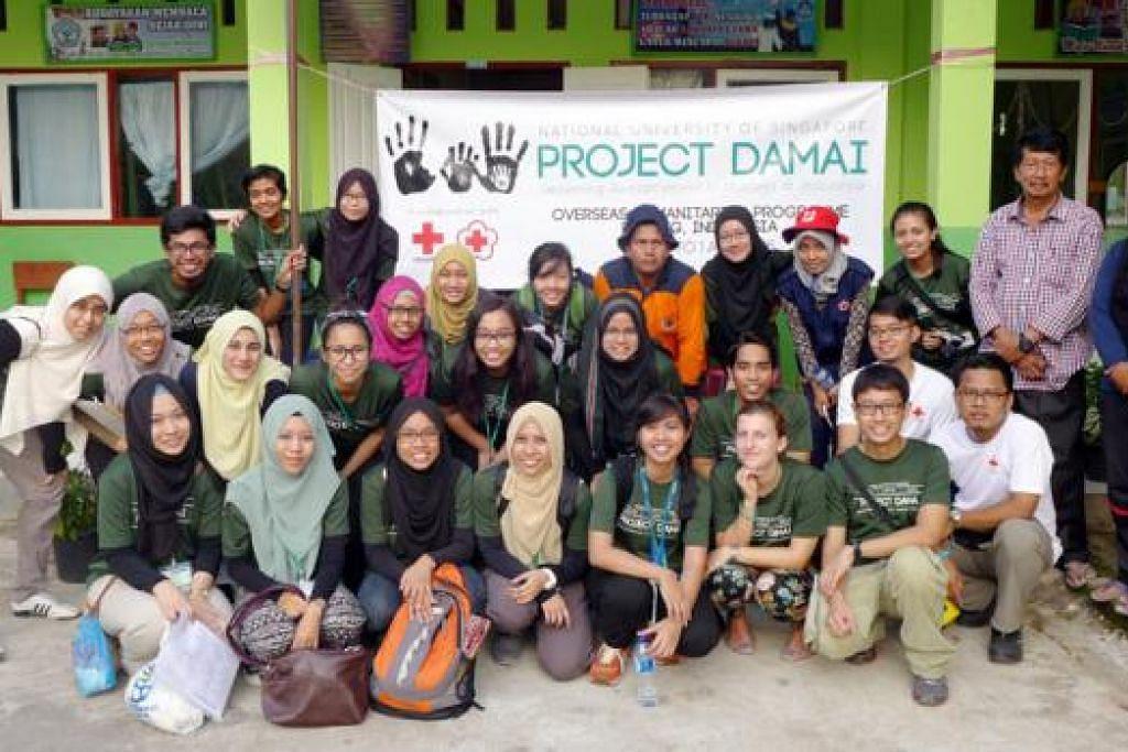 SUMBANG BAKTI: Sekumpulan pelajar yang terdiri daripada 24 mahasiswa jurusan kedoktoran, jururawat dan farmasi dari Universiti Nasional Singapura (NUS) dan disertai tiga karyawan penjagaan kesihatan dan dua anggota pembimbing dari Palang Merah Singapura menyertai Projek Damai di lima daerah di Sumatera. - Foto-foto MUHAMMAD NUR DINIE ABDUL AZIZ