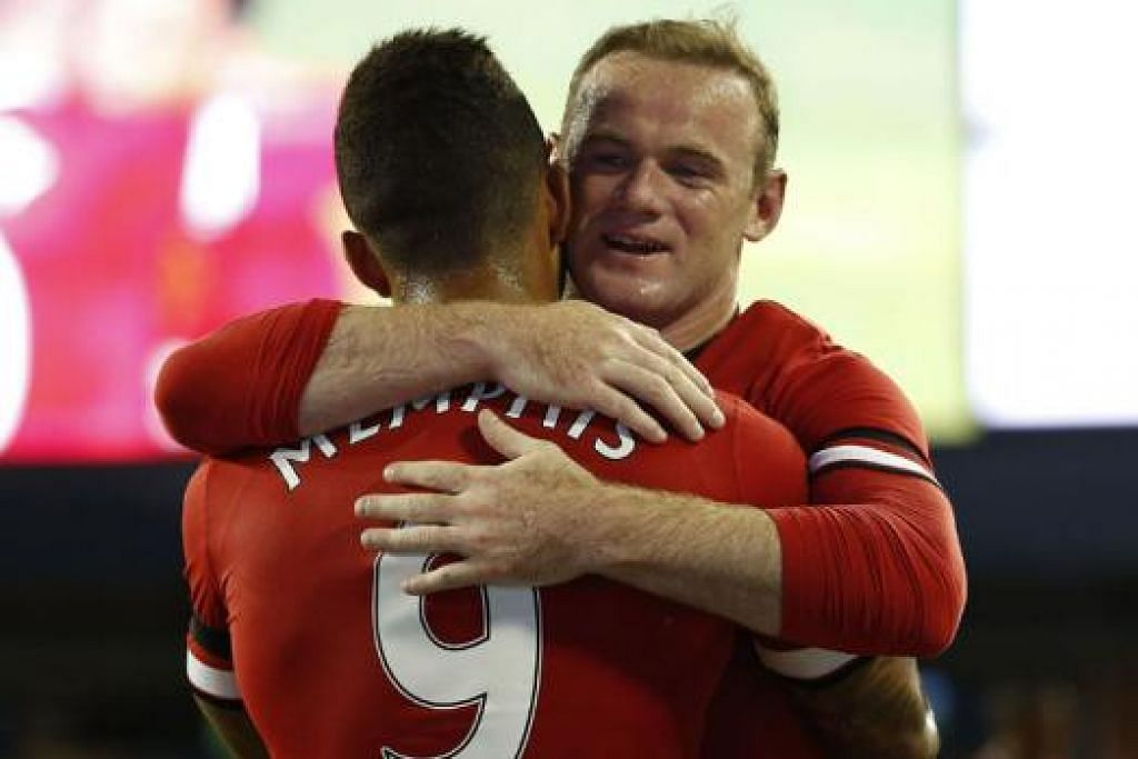 TUNJUK CONTOH: Sebagai kapten, Rooney (kanan) perlu berusaha gigih menentukan rakan sepasukan, terutama pemain baru beraksi sebagai satu pasukan. - Foto AFP.