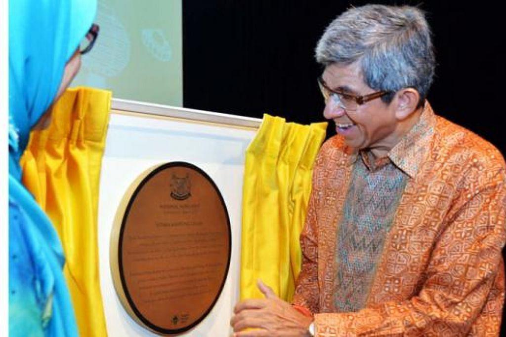 DETIK BERSEJARAH: Dr Yaacob dan Pengerusi MHF, Cik Zuraidah Abdullah, membuka tirai plak Monumen Negara Istana Kampong Gelam. - Foto KHALID BABA