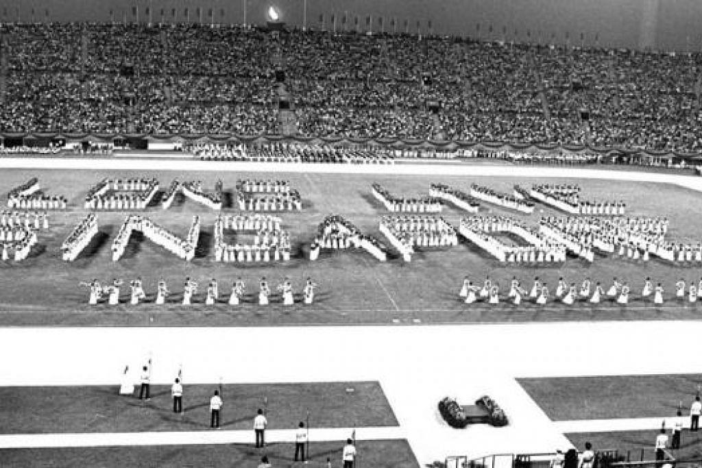 STADIUM BERSEJARAH (1976): Lebih 60,000 warga membanjiri Stadium Negara (yang siap dibina pada tahun sebelumnya) bagi menyaksikan NDP. Sekitar 12,000 peserta mengambil bahagian, termasuk Kawalan Kehormatan yang terdiri daripada pegawai Angkatan Bersenjata Singapura