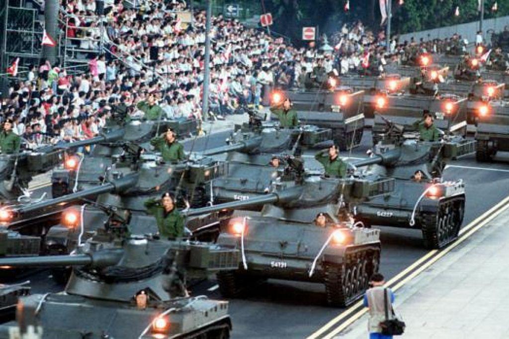 PERAYAAN TIGA DEKAD (1995): Ulang tahun ke-30 Singapura disambut dengan perbarisan di Padang yang merangkumi pertunjukan 'mobile column' pertama dalam lima tahun. Ia adalah kali terakhir NDP diadakan di Padang, sehingga 2000.