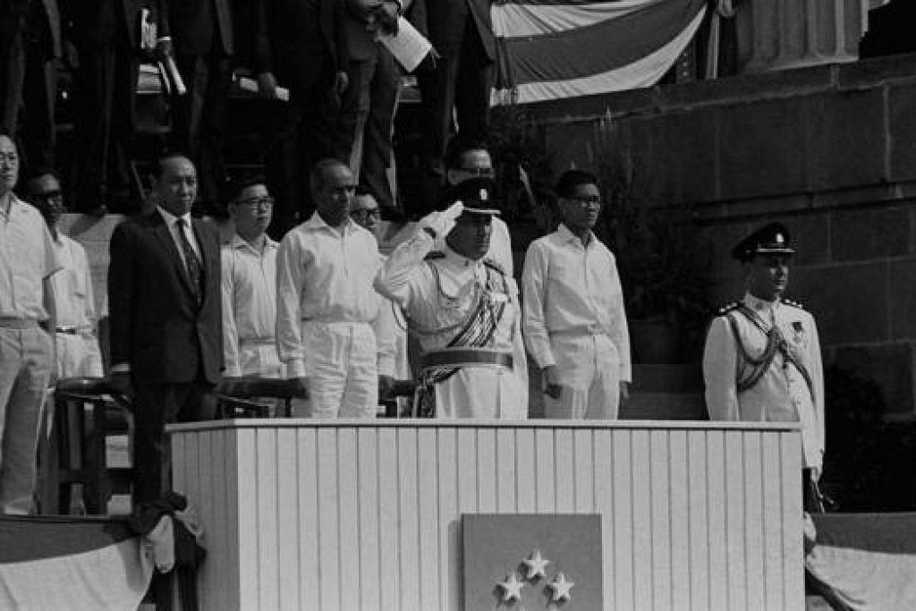 PEMIMPIN PERINTIS (1966): (Barisan depan lelaki berbaju putih, dari kiri) Perdana Menteri Encik Lee Kuan Yew; Menteri Pertahanan Dr Goh Keng Swee; Menteri Hal Ehwal Luar Negeri Encik S. Rajaratnam dan (tersembunyi) Menteri Kesihatan Encik Yong Nyuk Lin. Memakai seragam tentera ialah Presiden pertama Encik Yusof Ishak.