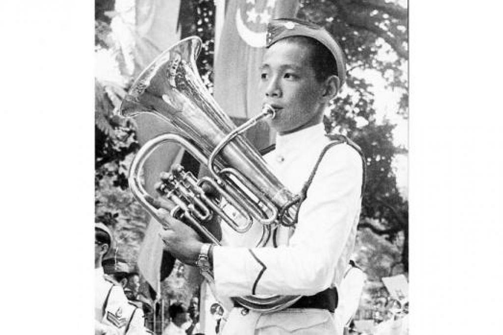 SAAT MEGAH (1967): Perdana Menteri sekarang, Encik Lee Hsien Loong, dirakam meniup tuba bagi pancaragam sekolah yang mengambil bahagian dalam NDP 1967.