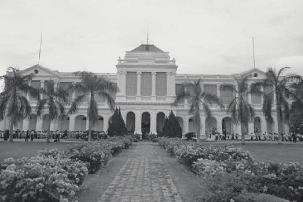 ISTANA MENANTI: Inilah pemandangan Istana yang gah lagi bersejarah dari luar sekitar 1980-an. - Foto fail