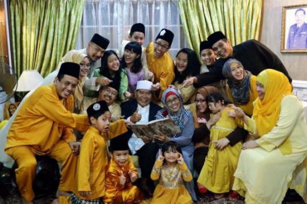 KELUARGA HARMONI: Pasangan suami isteri perintis, Mejar Ibrahim Bulat dan Cik Fatimah Jaafar (tengah), bahagia dikelilingi empat anak, empat menantu dan 10 cucu yang sangat rapat dan mesra dengan mereka.