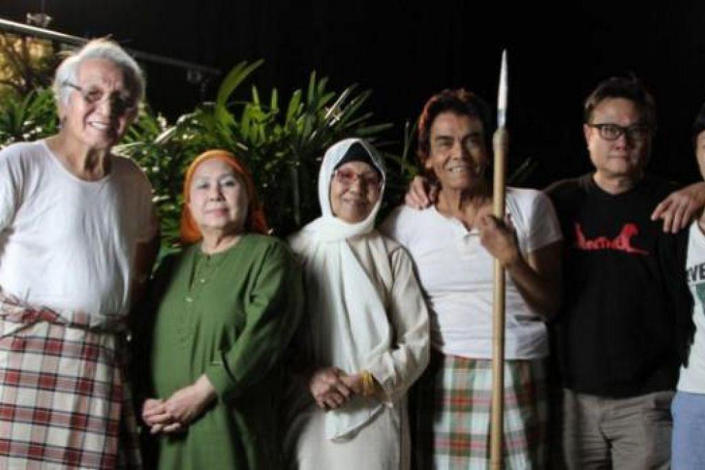 ORANG LAMA: Habibah Harun (dua dari kiri) bersama pelakon filem singkat berjudul 'Cinema'. Lain-lain ialah (dari kiri) M. Wari, Hashimah Yon dan S. Rosli. Bersama mereka ialah pengarah Eric Khoo dan penerbit filem itu, Tan Fong Cheng. - Foto 7 LETTERS, ERIC KHOO