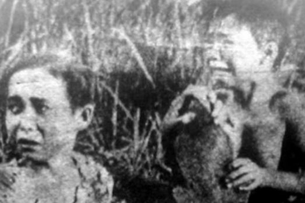 DARI FILEM 'LELA MANJA': Habibah Harun bersama Bat Latiff (gambar) ketika berlakon dalam filem 'Lela Manja'. Dalam filem itu, mereka berdua sering diseksa oleh ibu tiri yang kejam. - Foto-foto INTERNET