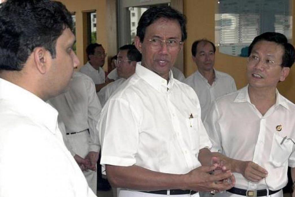 BERI SOKONGAN: Haji Sidek sebagai Menteri Negara Kanan (tengah) memberi sokongan kepada calon PAP bagi GRC Aljunied dan GRC Tampines di pusat penamaan calon calon di Sekolah Poi Ching dalam PenamaanN Calon Pilihan Raya Umum 2001. – Foto fail