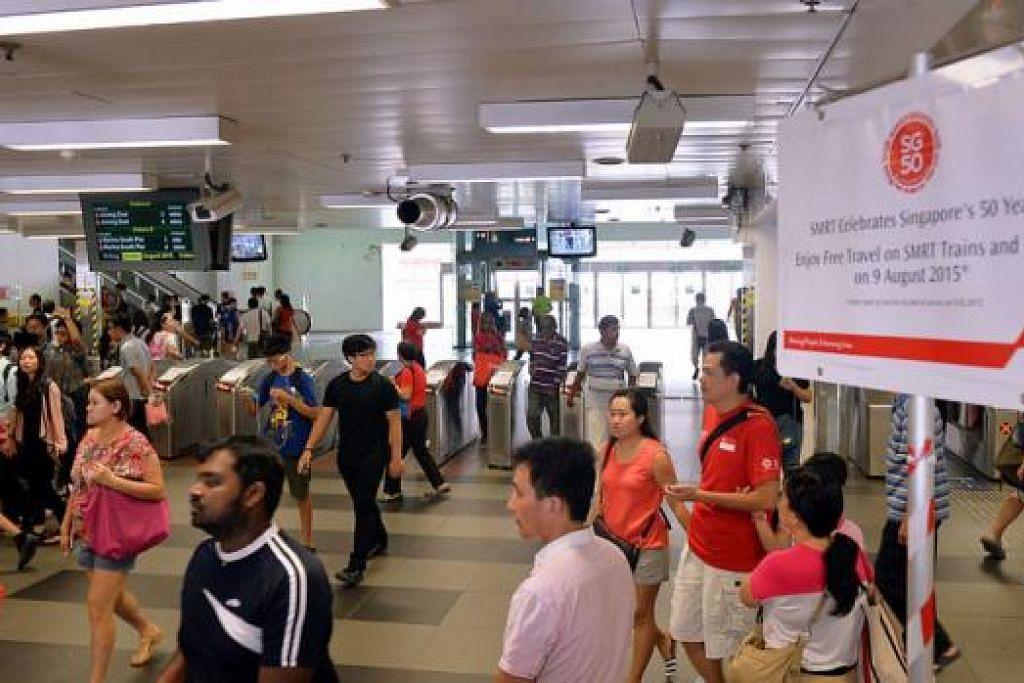 NAIK BAS DAN MRT PERCUMA: Sempena Hari Kebangsaan semalam, penumpang tidak perlu membayar tambang jika menaiki pengangkutan awam. - Foto KHALID BABA