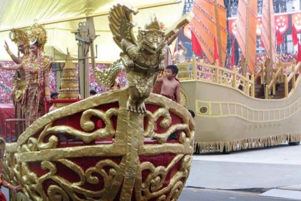 PERARAKAN SANG NILA UTAMA: Babak pertama 'Tahun-Tahun Awal' menampilkan Sang Nila Utama bersama 'keluarga diraja' serta 'hulubalang' yang lengkap memakai baju berkilauan emas serta bertanjak. Mereka disertai rombongan peniaga China, diikuti kedatangan Stamford Raffles. Babak ini memaparkan detik-detik permulaan Singapura.