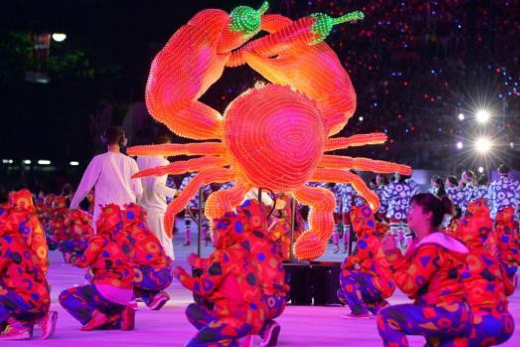 IKON SINGAPURA: Patung ketam dengan lada, yang mencerminkan makanan popular Singapura ketam cili, ditampilkan dalam babak kelima 'Jati Diri - Ciri-ciri Unik Orang Singapura'.