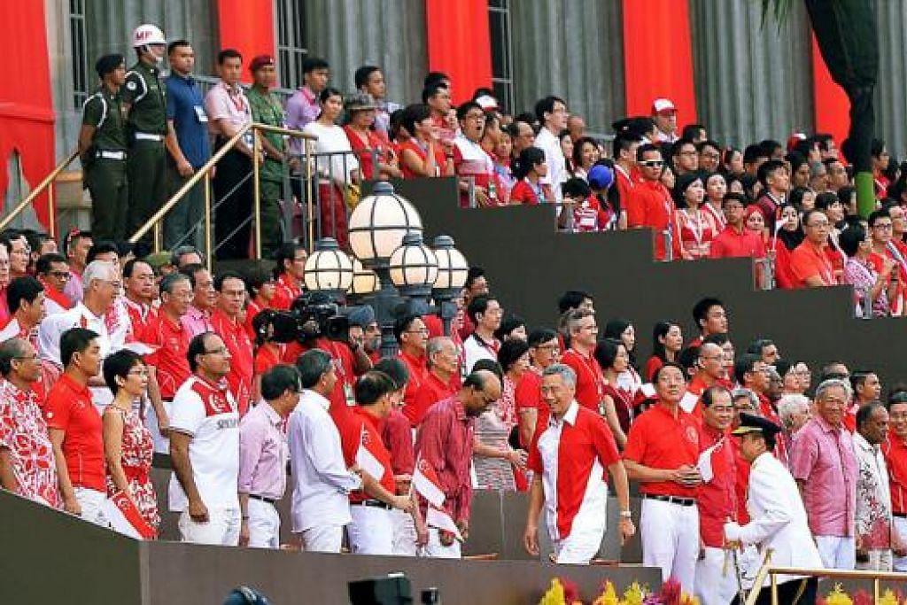 KETIBAAN PERDANA MENTERI: Perdana Menteri Lee Hsien Loong tiba bagi menyertai anggota Kabinet dan Anggota Parlimen lain dalam acara sambutan Perbarisan Hari Kebangsaan semalam.