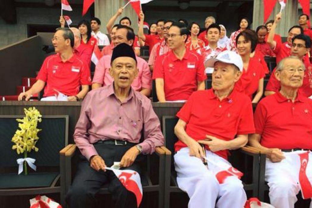 DIBERI PENGHORMATAN: (Dari kiri) Encik Othman Wok, Encik Jek Yeun Thong dan Encik Ong Pang Boon duduk sebelah kerusi mendiang Encik Lee Kuan Yew yang dikosongkan bagi memberi penghormatan kepada mendiang di Perbarisan Hari Kebangsaan semalam. - Foto FACEBOOK DR YAACOB IBRAHIM