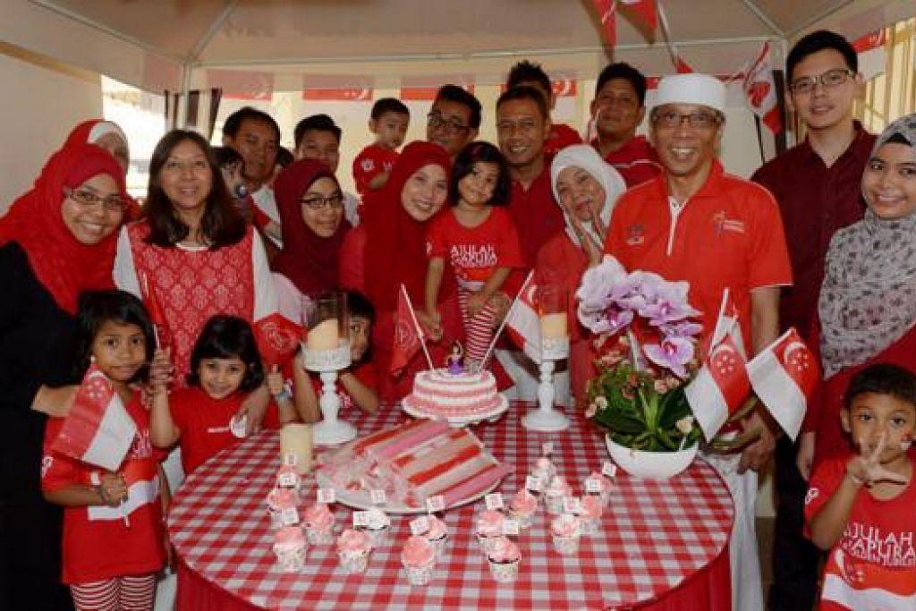 SERONOK MENYAMBUT JUBLI EMAS: Hajah Norshidah Haji Aman (bertudung putih) menganjurkan acara bagi keluarganya sempena cuti panjang jubli emas yang lebih istimewa kerana adik bongsunya Cik Suzana (sebelah kanan Hajah Norshidah, bertudung merah) turut menyambut ulang tahun ke-50 bersama Singapura. - Foto TUKIMAN WARJI