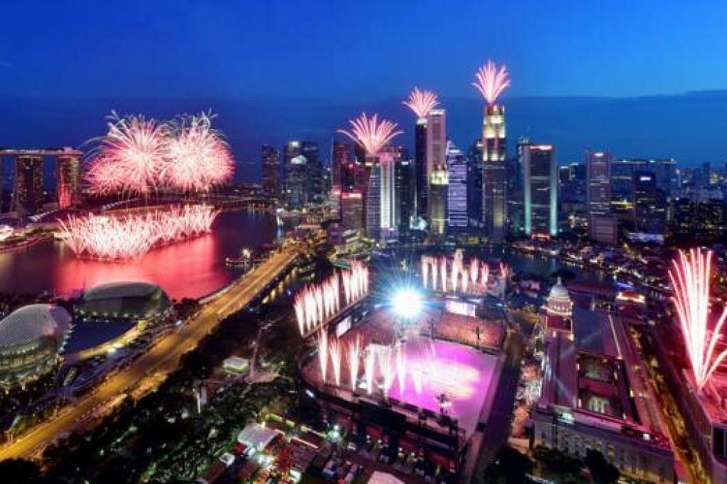 SAMBUTAN GILANG-GEMILANG: Kawasan Marina Bay bermandi cahaya malam semalam di hujung sambutan Perbarisan Hari Kebangsaan (NDP) yang berlangsung di Padang. - Foto ZAOBAO