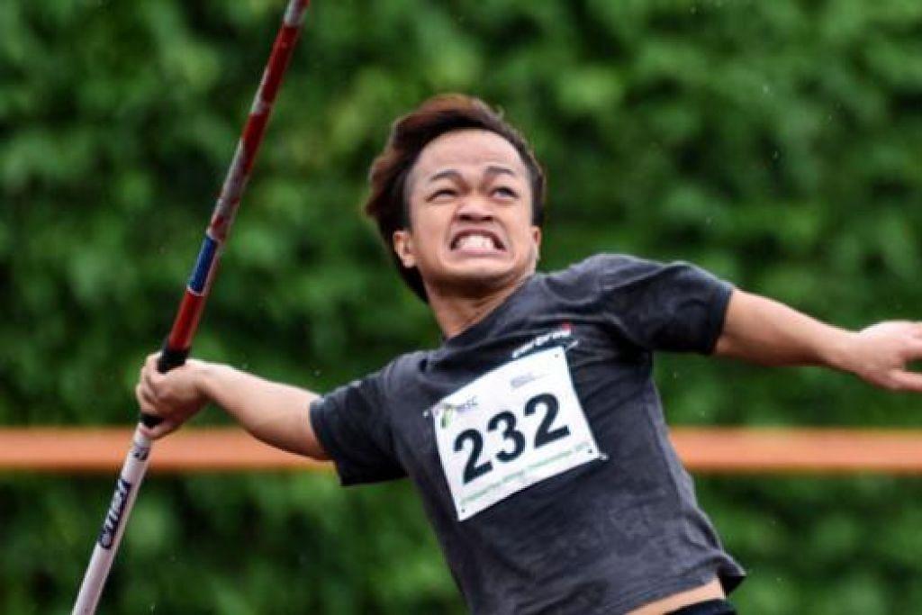 SEMANGAT WAJA: Muhammad Diroy Noordin, yang beraksi dalam kategori atlit kerdil atau dwarfism, begitu bersemangat dalam acara melontar lembing. – Foto SEOW GIM HONG