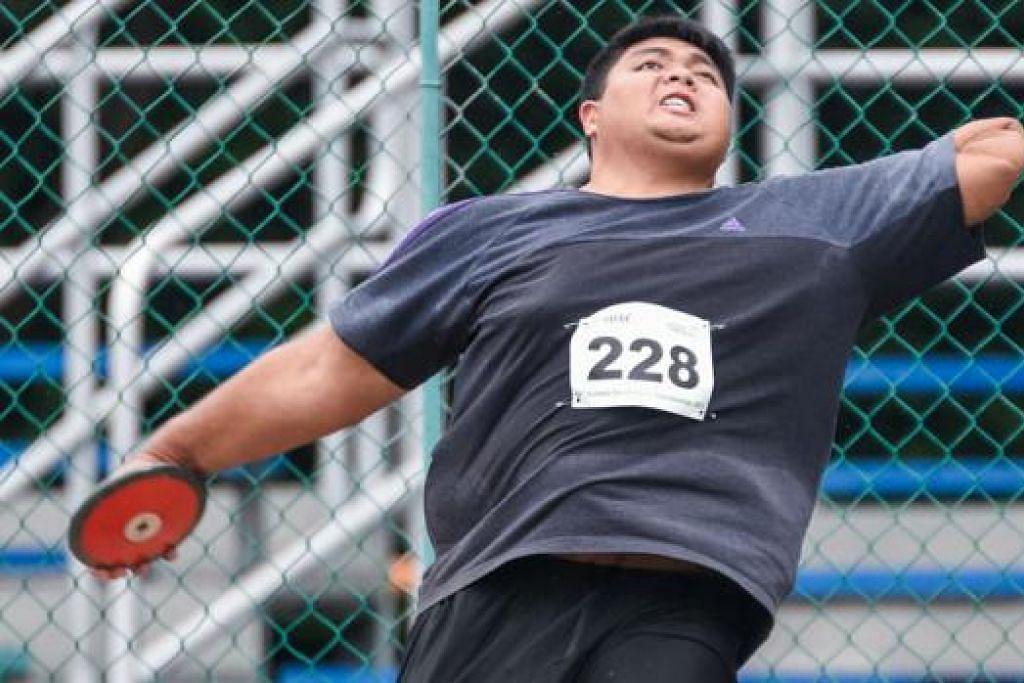 LONTAR SEJAUH MUNGKIN: Muhammad Shukri Aderes berusaha mencatatkan jarak yang baik semasa beraksi dalam acara melontar cakera. – Foto SEOW GIM HONG