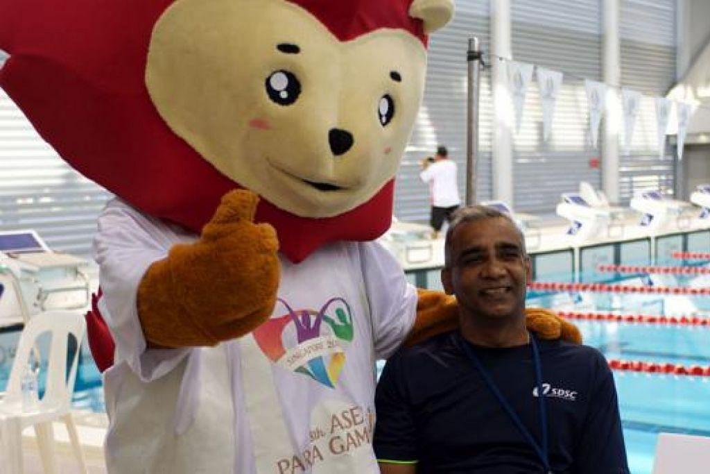 BERI SEMANGAT: Maskot Sukan Para Asean, Nila, bergambar dengan Encik Raja Singh yang merupakan chef-de-mission bagi kontinjen Singapura di temasya Sukan Para Asean. – Foto CHEAH CHENG POH