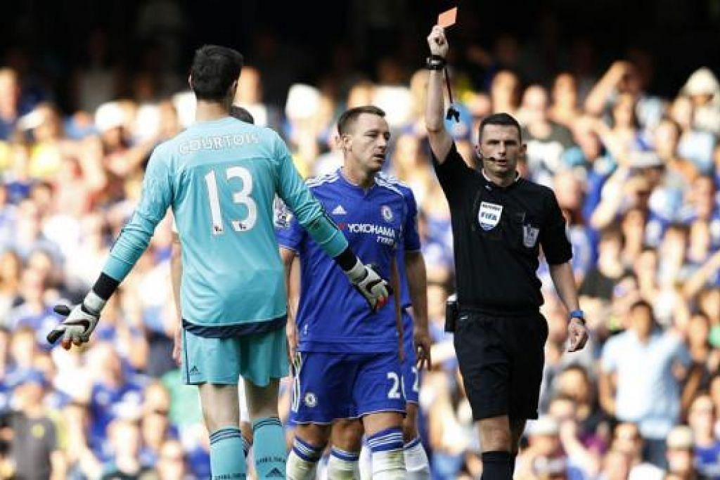 DIBUANG PADANG: Pengadil Michael Oliver tidak teragak-agak melayangkan kad merah kepada penjaga gawang Chelsea, Thibaut Courtois. - Foto AFP
