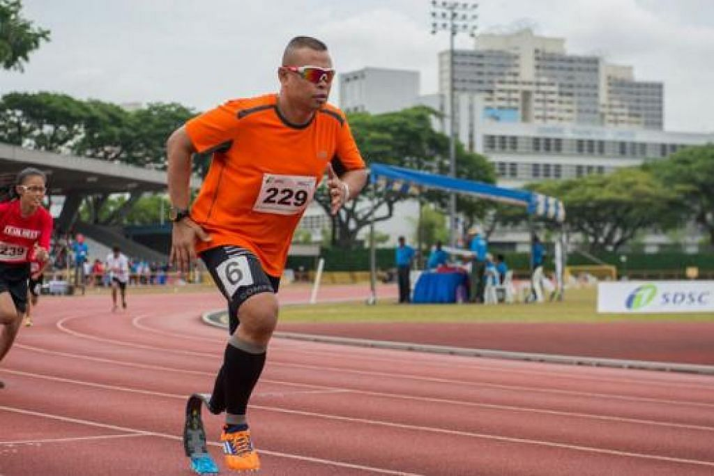LARI BERGAYA: Md Shariff Abdullah atau lebih popular dengan gelarannya, Singapore Blade Runner, berlumba dalam acara 400 meter. – Foto LAWRENCE PHOTOGRAPHY