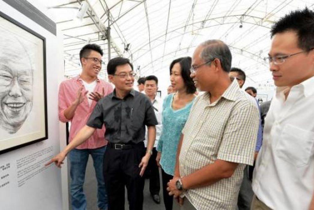 UNTUK MENDIANG ENCIK LEE: (Dari dua dari kiri) Heng Swee Keat bersama rakan Anggota Parlimen GRC Tampines, Cik Irene Ng dan Encik Masagos Zulkifli Masagos Mohamad, serta penasihat kedua pertubuhan akar umbi Tampines, Encik Desmond Choo, di pameran bergerak yang memaparkan gambar dan potret mendiang Perdana Menteri Pengasas, Encik Lee Kuan Yew. Bersama mereka ialah pelukis potret mendiang Encik Lee, pelajar Ong Yi Teck (kiri). - Foto M.O. SALLEH