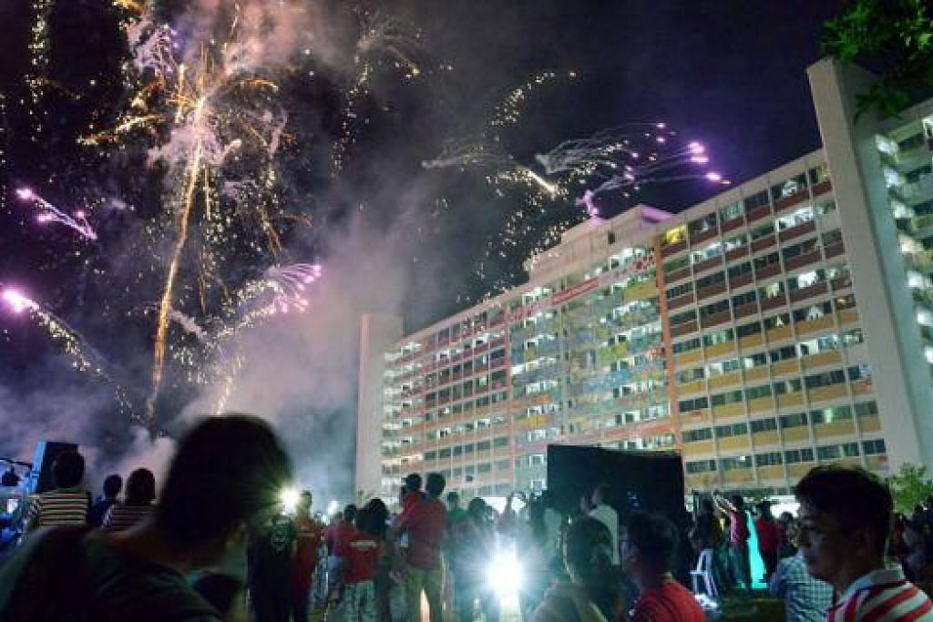 BERGEMERLAPAN: Ruang angkasa di kawasan Tampines West bercahaya dengan percikan bunga api semasa karnival Hari Kebangsaan di kawasan itu Sabtu lalu.