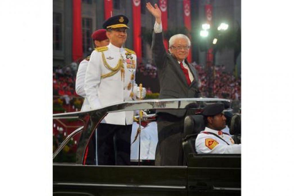 RAI BERSAMA RAKYAT: Presiden Tony Tan menaiki kenderaan khas di tengah Padang bagi merai sama Hari Kebangsaan Singapura yang ke-50 - Foto THE STRAITS TIMES