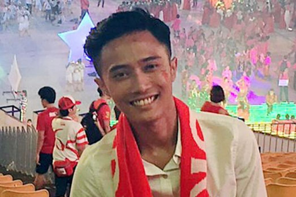 SAKSI PERAYAAN SECARA LANGSUNG: Cik Halimah, Encik Ariffin (gambar), Cik Jamilah dan Cik Faridah menyertai acara NDP di Padang dan di Marina Bay kelmarin.