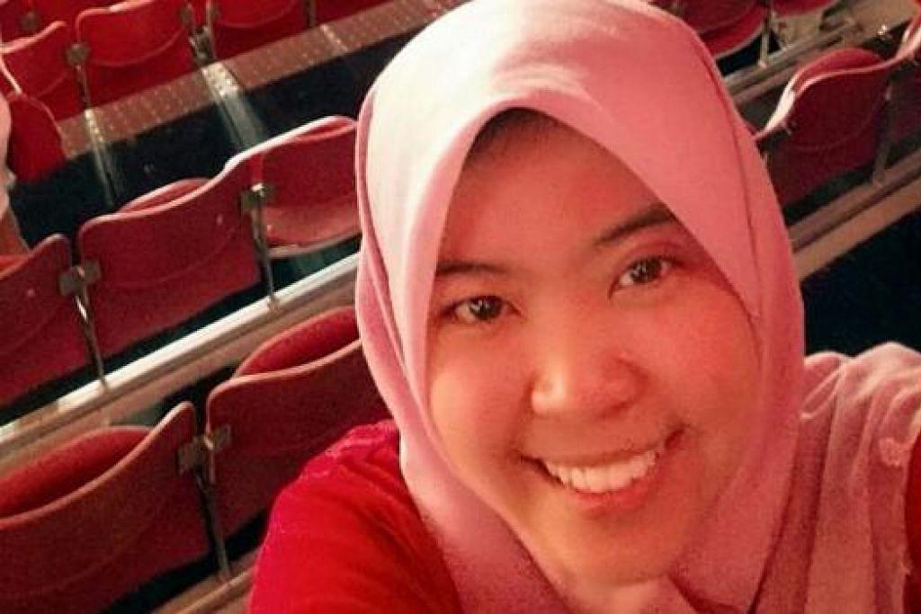 SAKSI PERAYAAN SECARA LANGSUNG: Cik Halimah, Encik Ariffin, Cik Jamilah dan Cik Faridah (gambar) menyertai acara NDP di Padang dan di Marina Bay kelmarin.