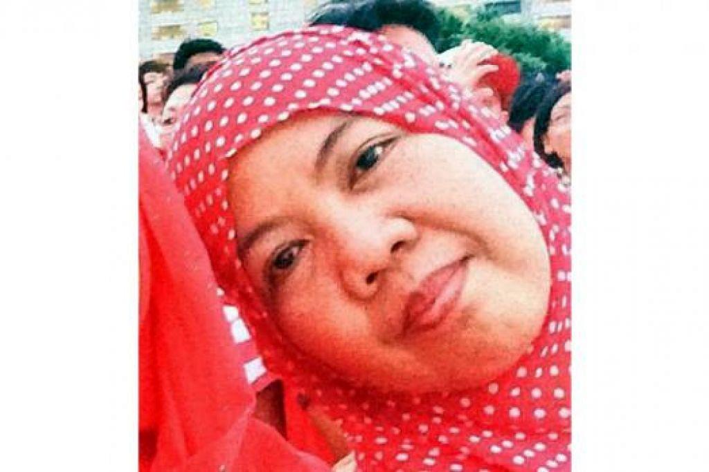 SAKSI PERAYAAN SECARA LANGSUNG: Cik Halimah, Encik Ariffin, Cik Jamilah (gambar) dan Cik Faridah menyertai acara NDP di Padang dan di Marina Bay kelmarin.