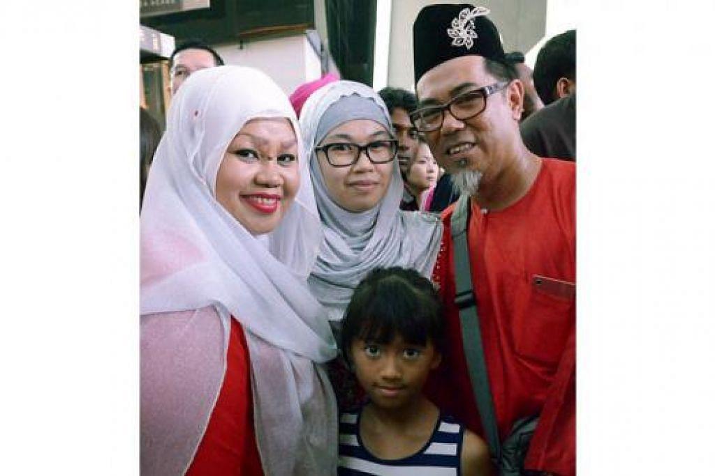 DARI JEMPUTAN: Encik Amin Abdul Karim, 50 tahun, bersama isteri, anak dan cucunya tiba di Marina Bay Sands sekitar 6 petang kerana mahu melihat pertunjukan bunga api.