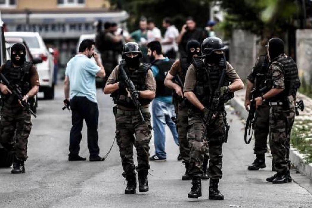 BERWASPADA: Pasukan polis khas Turkey mengambil kedudukan dalam kejadian serangan ke atas bangunan konsulat Amerika di Istanbul. - Foto AFP