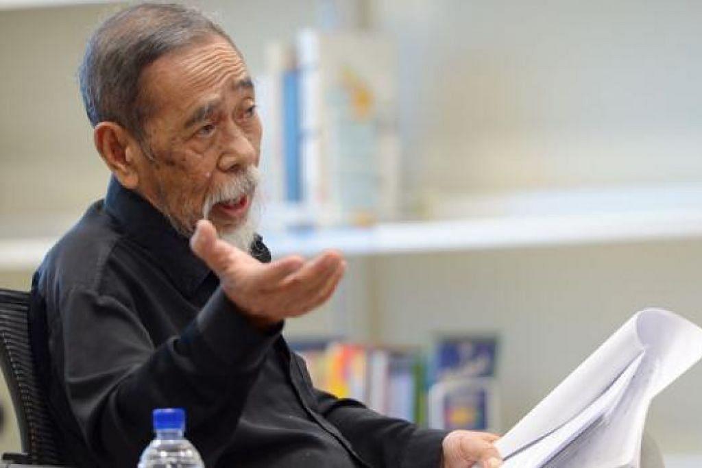 KAJI TEMPOH KEPENYAIRAN WATAN: Haji Suratman Markasan, 85 tahun, ketika membentangkan makalahnya pada 'Pesta Puisi Singapura' pada 26 Julai lalu di Maktab Seni LaSalle. - Foto TUKIMAN WARJI