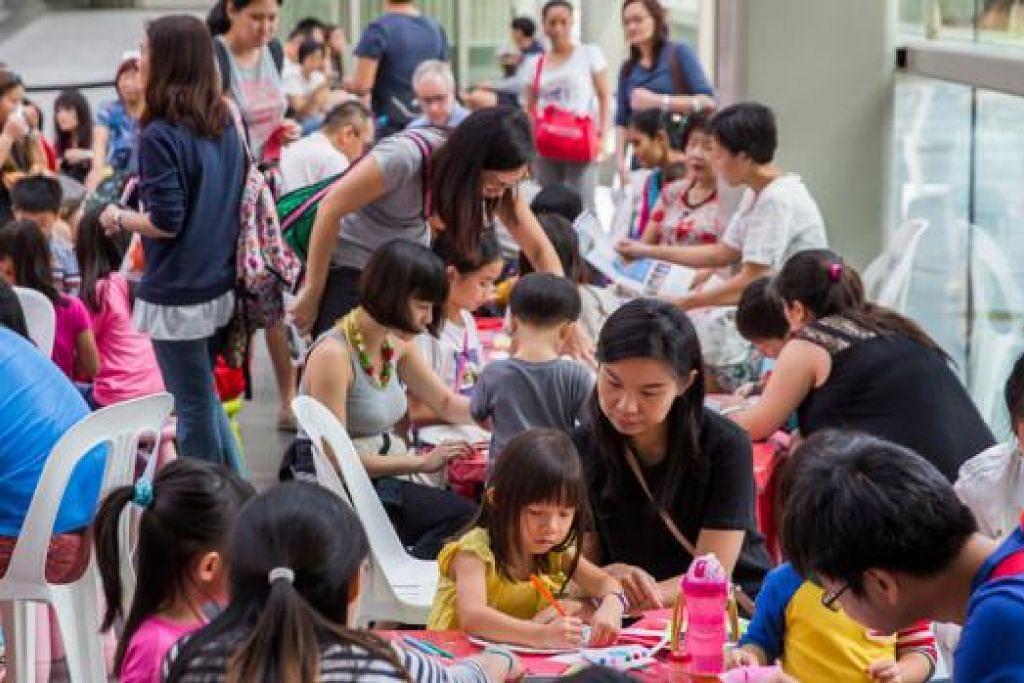 KEGIATAN KELUARGA: Lebih 83,000 pengunjung melawat kesemua lapan muzium dan institusi warisan sepanjang hujung minggu Jubli Emas lalu. - Foto MUZIUM NEGARA SINGAPURA