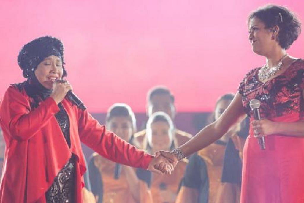 KONSERT SING50: Penyanyi veteran Rahimah Rahim (kiri) dan Rani Singam mendendangkan lagu klasik tempatan, Roses, oleh Gingerbread, di Konsert Sing50 anjuran The Straits Times dan The Business Times. - Foto THE BUSINESS TIMES