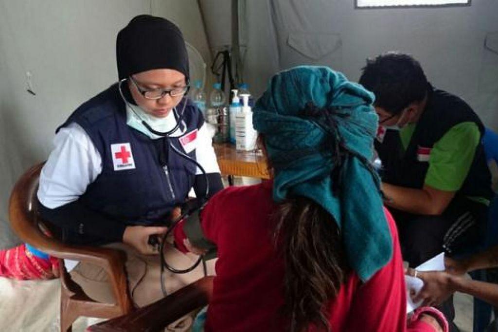 BANTU MANGSA GEMPA: Cik Nadiah Erniyanti telah ke Nepal baru-baru ini untuk membantu para mangsa gempa bumi yang melanda negara itu.- Foto-foto NATIONAL HEALTHCARE GROUP (NHG)