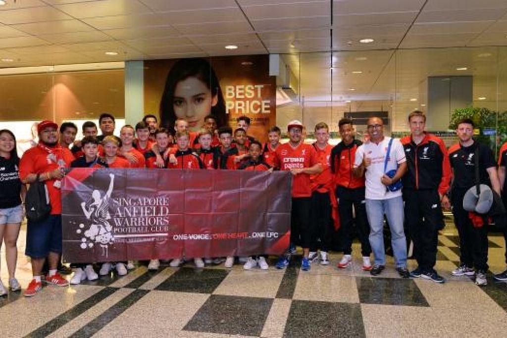 KETIBAAN DISAMBUT: Skuad muda Akademi Liverpool tiba di Singapura petang tadi (12 Ogos) dengan disambut oleh anggota-anggota daripada Kelab Penyokong Singapore Anfield Warriors - salah satu daripada dua kelab penyokong yang diiktiraf oleh pasukan Liga Perdana England itu.