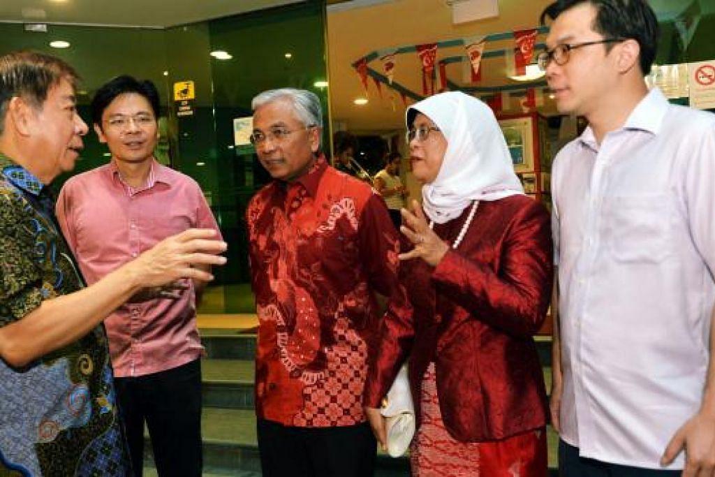 Encik Hawazi Daipi (tiga dari kanan) dengan rakan seangkatan di perayaan Jubli Emas SG50 di Marsiling. (Dari kiri) Encik Khaw,  Menteri Kebudayaan, Kemasyarakatan dan Belia, Encik Lawrence Wong, Speaker Parlimen, Cik Halimah Yacob.