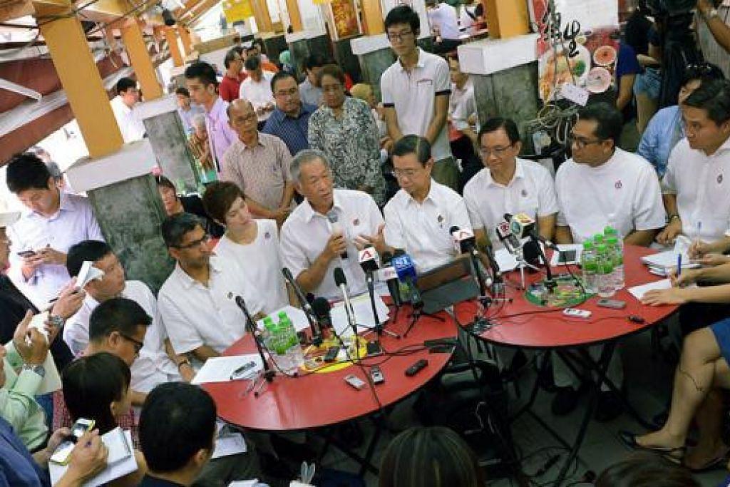 SIDANG MEDIA DI KEDAI KOPI: (duduk empat dari kiri) Dr Ng Eng Hen memperkenal calon PAP Encik-encik Chee Hong Tat (paling kiri), Chong Kee Hiong (tiga dari kanan) dan Saktiandi Supaat (kanan) yang menggantikan Encik Wong Kang Seng (empat dari kanan), Encik Hri Kumar (dua dari kiri) dan Encik Zainudin Nordin (dua dari kanan). - Foto-foto TUKIMAN WARJI